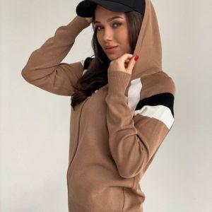 Купить выгодно женский костюм машинной вязки на змейке с капюшоном цвета мокко на распродаже