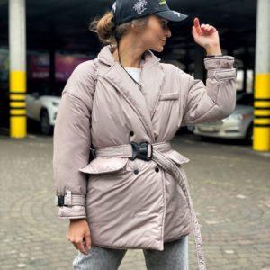 Заказать онлайн женскую бежевую куртку из плащевой ткани с поясом