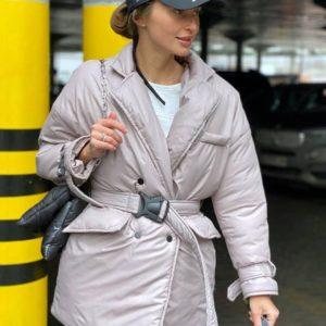 Купить куртку онлайн из плащевой ткани цвета нюд с поясом для женщин