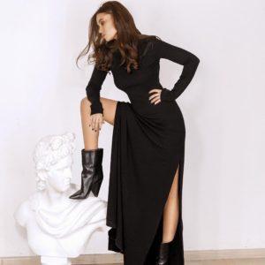 Купить чёрное длинное платье с вырезом по доступной цене