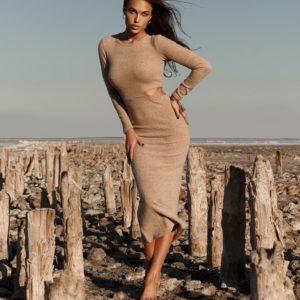 Купить бежевое миди платье с длинным рукавом по выгодному предложению от магазина одежды