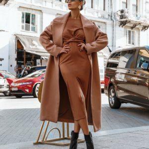 женское кашемировое пальто в бежевом цвете модного покроя из весенней коллекции магазина Unimarket