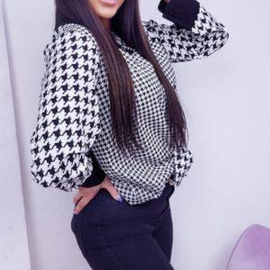 Приобрести онлайн в интернете женскую блузу с принтом гусиная лапка (размер 42-48) черно-белого цвета