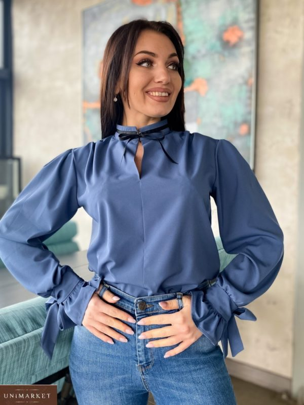 Купить по низким ценам блузу с контрастной завязкой цвета джинс на шее (размер 42-56) для женщин