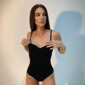 Купити на весну жіноче боді на лямках чорного кольору з креп дайвінгу дешево