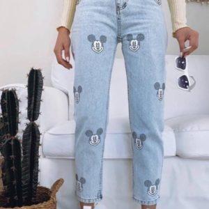 Купить по скидке джинсы голубого цвета Мом с Микки Маусом из камней для женщин