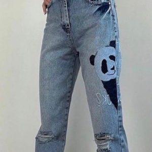 Заказать по скидке женские джинсы мом с пандой голубого цвета