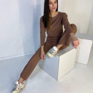Заказать онлайн костюм с кофтой на весну цвета мокко из трикотажа рубчик дешево