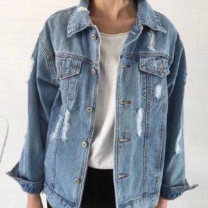 Заказать онлайн женскую куртку из джинса с царапками голубого цвета