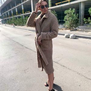 Приобрести по скидке женское пальто на осень барашек с поясом на подкладке цвета мокко