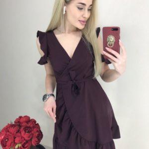 Заказать онлайн женское платье цвета марсал на запах с рюшами и поясом недорого