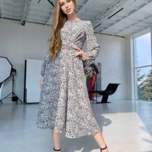 Купить женское платье с запахом серое на груди длины миди по скидке