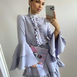 Купить серое женское платье с рюшами и рукавами-колокольчиками онлайн