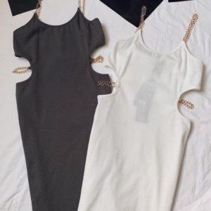Заказать онлайн серое, белое обтягивающее трикотажное платье женское на цепочках по низким ценам