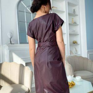 Приобрести по скидке женское платье из эко кожи бордо с коротким рукавом и поясом (размер 50-56)