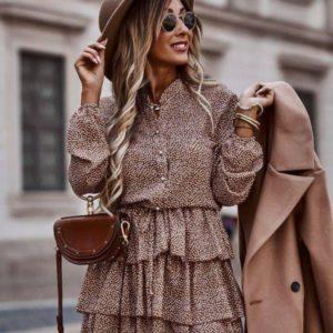 Приобрести платье женское мини длины онлайн с принтом и рюшами (размер 42-56) бежевое недорого