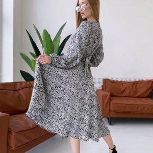 Купить серое женское платье с запахом на груди длины миди недорого