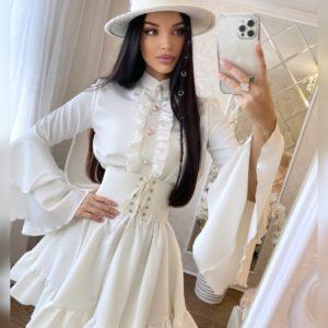 Купить молочного цвета женское платье с рюшами по скидке и рукавами-колокольчиками