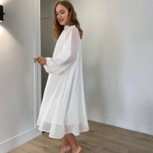 Купить в интернет-магазине женское закрытое свободное платье в горошек белого цвета