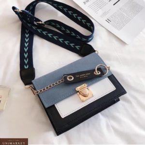 Приобрести голубого цвета женскую мини сумку по скидке с брелком с надписью