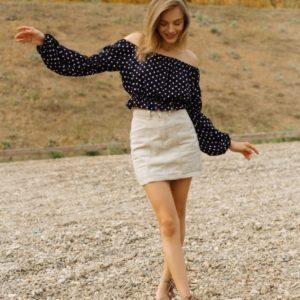 Придбати чорну онлайн блузу-топ з відкритими плечима для жінок