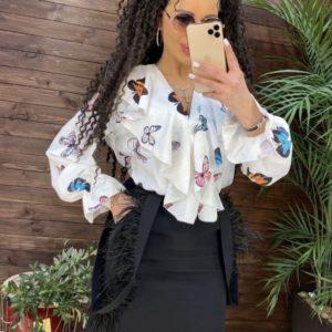 Купити зі знижкою блузу білого кольору з метеликами з рюшами (розмір 42-48) для жінок