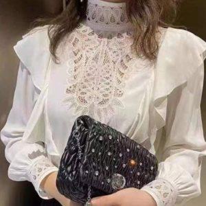 Заказать по скидке женскую блузу с рюшами и кружевными вставками дешево