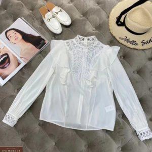 Заказать женскую блузу с рюшами белого цвета и кружевными вставками по низким ценам