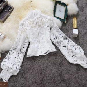Купить недорого женскую укороченную кружевную блузу с объемными рукавами белого цвета