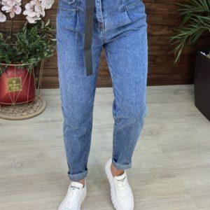 Купить онлайн женские джинсы мом голубые с карманами с поясом