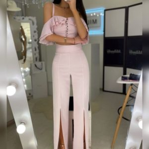 Заказать онлайн розовый костюм с топом и разрезами на брюках для женщин