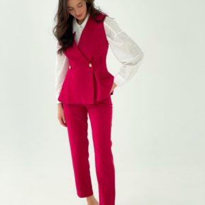 Заказать недорого женский брючный костюм с двубортной жилеткой (размер 42-48) малинового цвета