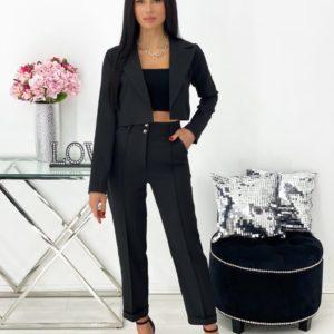Заказать онлайн черного цвета брючный костюм с укороченным жакетом (размер 42-48) для женщин