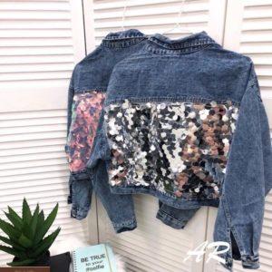 Приобрести женскую короткую джинсовую куртку с пайетками голубого цвета дешево