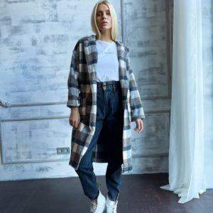 Купить онлайн женское пальто-рубашку на запах в клетку цвета мокко