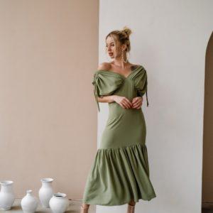 Купить по скидке женское платье цвета хаки со сборками на плечах из жатого хлопка (размер 42-48) в Украине
