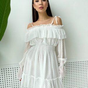 Заказать онлайн женское шифоновое платье белого цвета с открытыми плечами и рюшами
