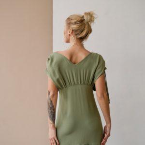 Заказать на лето женское платье со сборками на плечах из жатого хлопка (размер 42-48) цвета хаки