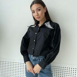 Купить для женщин черного цвета рубашку с декором на воротнике по скидке