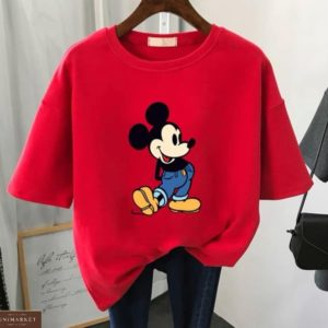 Приобрести женскую красную футболку оверсайз с принтом Микки Маусом по скидке