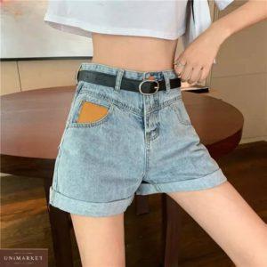 Купить голубые женские джинсовые шорты с акцентом на кармане недорого