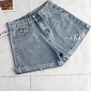 Купить онлайн женские джинсовые шорты с вырезом на кармане голубого цвета
