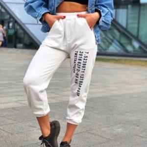 Заказать белые женские спортивные штаны с текстом по скидке