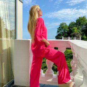 Купить недорого розовый свободный костюм из жатки для женщин