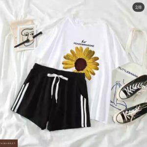 Купить белый женский костюм с ромашкой: футболка+шорты по скидке