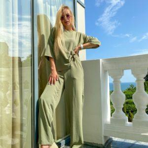 Заказать онлайн свободный женский костюм из жатки цвета оливка