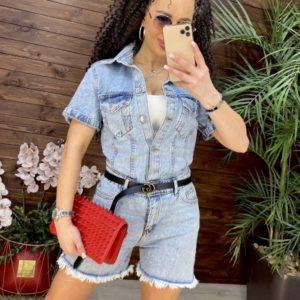 Купить онлайн голубой джинсовый комбинезон с шортами для женщин
