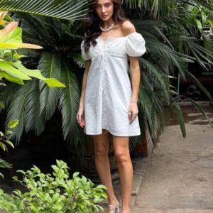 Заказать онлайн белое летнее платье со шнуровкой по скидке