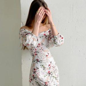 Заказать молочное женское шелковое платье в цветочный принт с разрезом (размер 42-52) по скидке