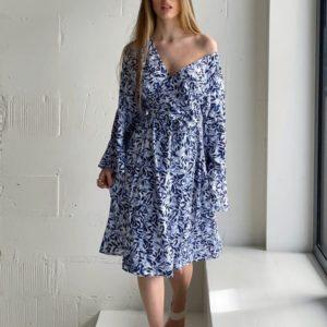 Заказать онлайн голубое льняное платье на запах с принтом для женщин